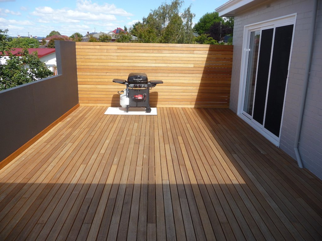 Completed decks vinar building vinar building for Hardwood outdoor decking